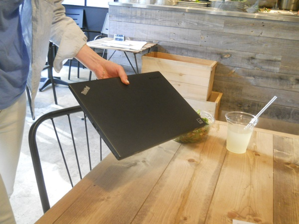 持ち運びに便利なThinkPad X1 carbon