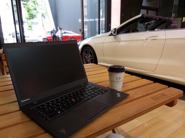 六本木にあるメルセデスベンツのカフェでX1 Carbonと