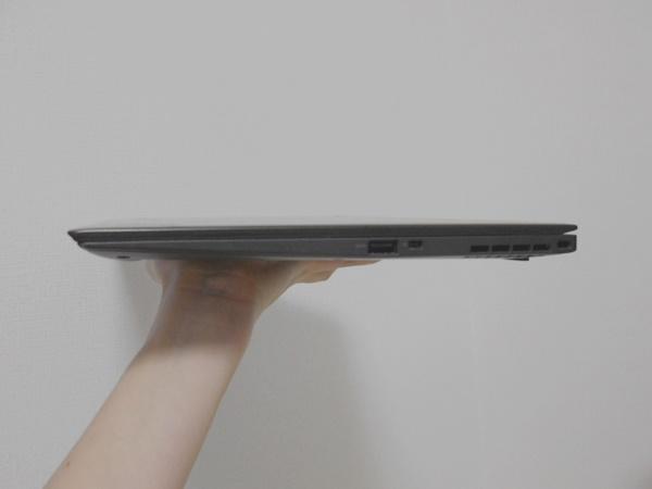 ThinkPadX1Carbonは手で持ってみてもこんなに薄い