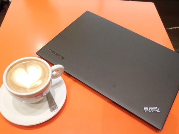 カフェでThinkPad X1 Carbon さっと開いて、さっと閉じれる