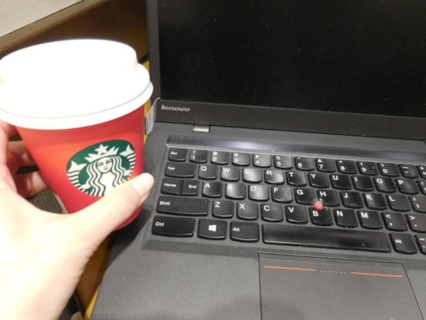 スタバのカップもクリスマス。カフェでThinkPad X1 Carbon