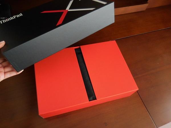 ThinkPad X1 Carbon 2016が、届いた!蓋を開けると観音開きのようになっていて・・・