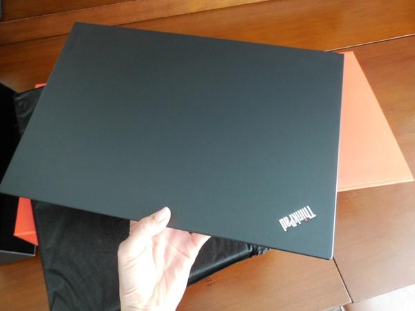 ThinkPad X1 Carbon 2016が、届いた!軽いです 片手で持つと違いがわかる