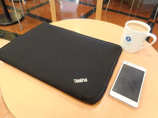 ThinkPad X1 Carbon 2016 を持ってお出かけ。エクセルシオールの小さなテーブルでもちょうどよい大きさ