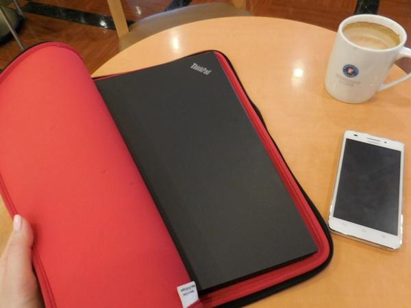 ThinkPad X1 Carbon 2016 を持ってお出かけ。スリーブケースから取り出して・・・